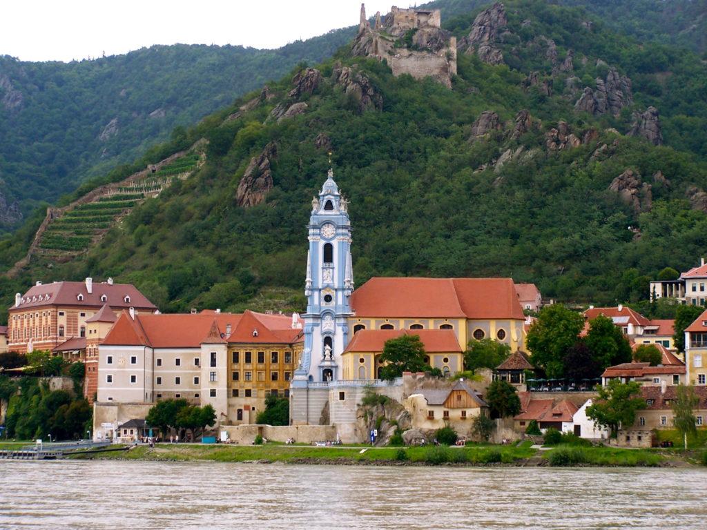 Dürnstein med sit karakteristiske blå tårn og borgruinen på skråningen