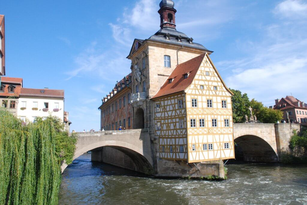 Altes Rathaus i Bamberg står midt ude i floden på en kunstig ø.