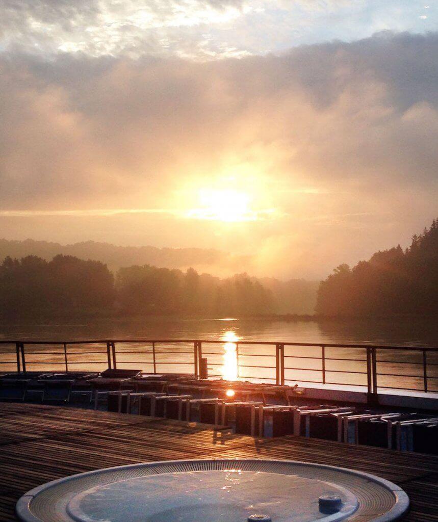 Nyd solnedgangen over Donau fra dækket på MS Primadonna